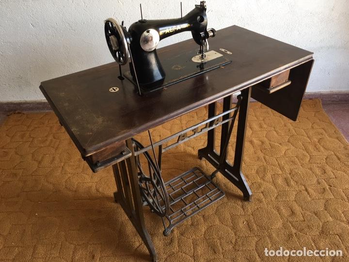 Antigüedades: Maquina de coser marca Alfa de Eibar con su mesa, pedal y tapa con llave - Foto 10 - 174937980