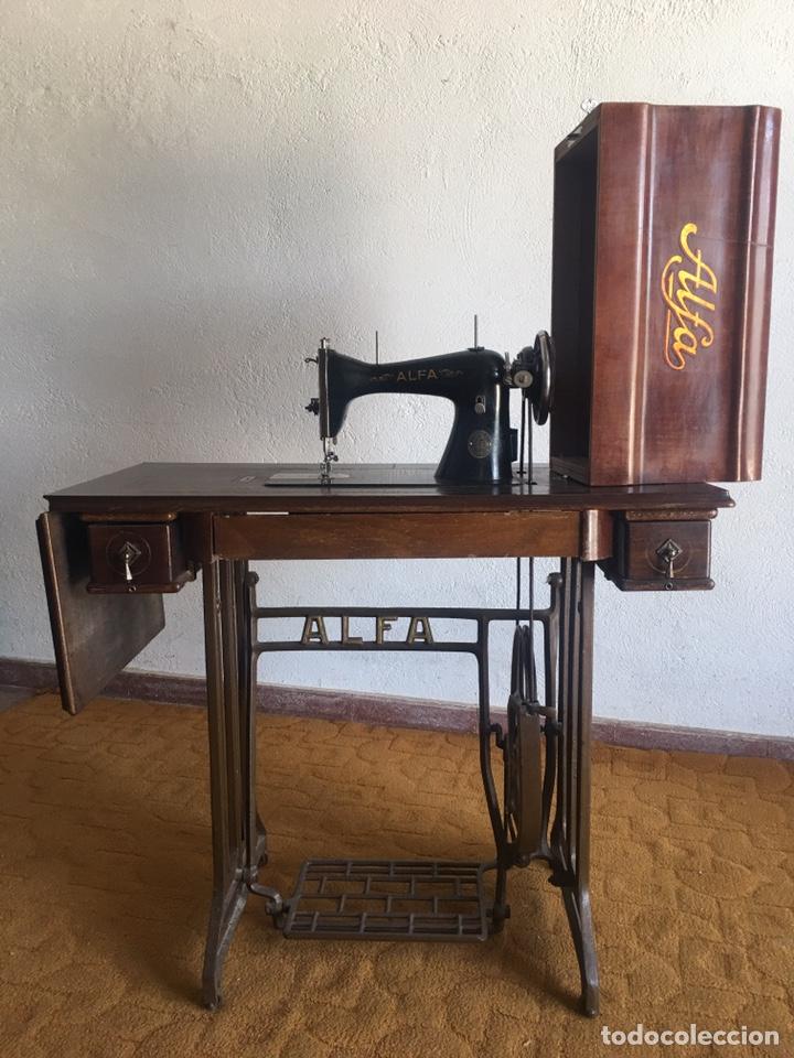 Antigüedades: Maquina de coser marca Alfa de Eibar con su mesa, pedal y tapa con llave - Foto 12 - 174937980