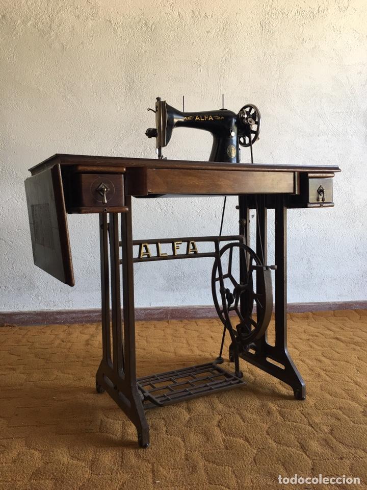MAQUINA DE COSER MARCA ALFA DE EIBAR CON SU MESA, PEDAL Y TAPA CON LLAVE (Antigüedades - Técnicas - Máquinas de Coser Antiguas - Alfa)