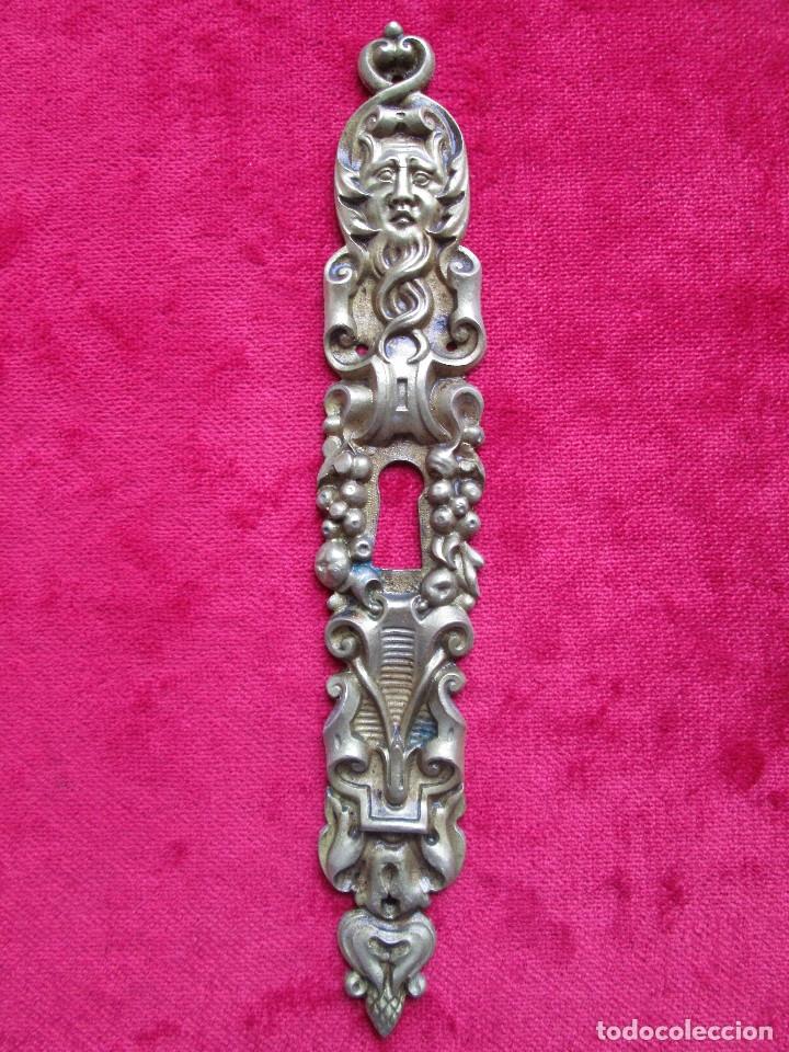 Antigüedades: EMBELLECEDORES DE BRONCE PARA RESTAURAR MUEBLE ANTIGUO - OJO DE CERRADURA LARGO CON MASCARON - Foto 2 - 174963032