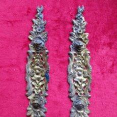 Antigüedades: EMBELLECEDORES DE BRONCE PARA RESTAURAR MUEBLE ANTIGUO - 2 LARGOS ROSAS. Lote 174963617
