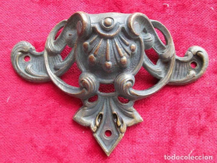 Antigüedades: EMBELLECEDORES DE BRONCE PARA RESTAURAR MUEBLE ANTIGUO - 2 TIRADORES - Foto 3 - 174964645
