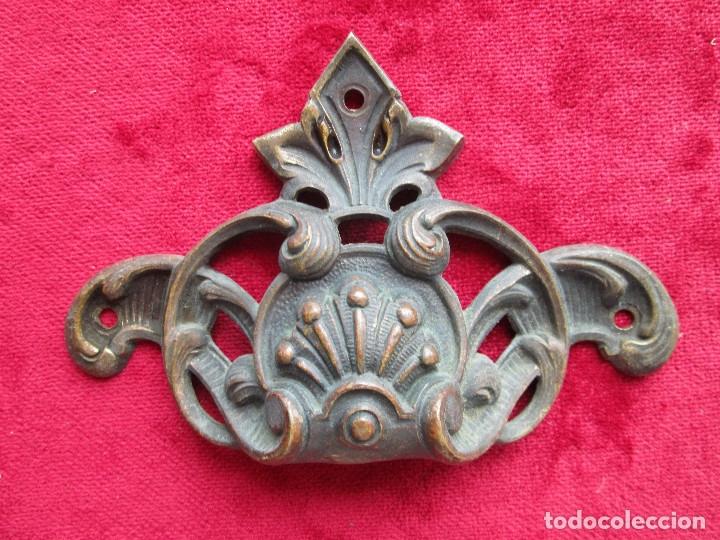 Antigüedades: EMBELLECEDORES DE BRONCE PARA RESTAURAR MUEBLE ANTIGUO - 2 TIRADORES - Foto 4 - 174964645