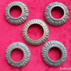 Antigüedades: EMBELLECEDORES DE BRONCE PARA RESTAURAR MUEBLE ANTIGUO - 5 REDONDAS. Lote 174965337