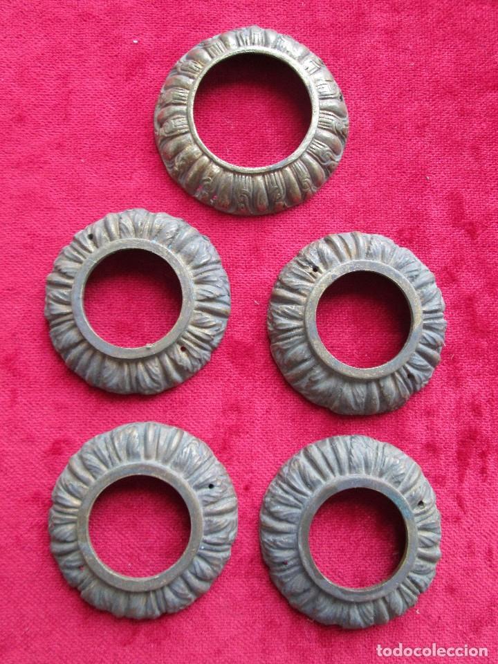 Antigüedades: EMBELLECEDORES DE BRONCE PARA RESTAURAR MUEBLE ANTIGUO - 5 REDONDAS - Foto 2 - 174965337