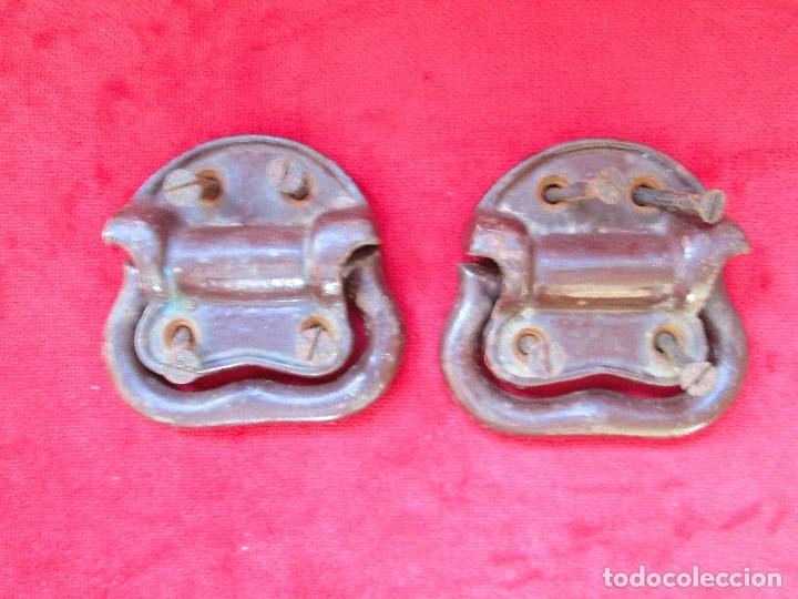 2 TIRADORES DE HIERRO FUNDIDO PARA BAUL - MU 90 (Antigüedades - Técnicas - Cerrajería y Forja - Tiradores Antiguos)