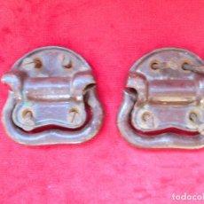 Antigüedades: 2 TIRADORES DE HIERRO FUNDIDO PARA BAUL - MU 90. Lote 175180940