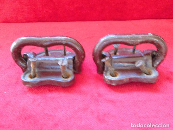 Antigüedades: 2 TIRADORES DE HIERRO FUNDIDO PARA BAUL - MU 90 - Foto 3 - 175180940