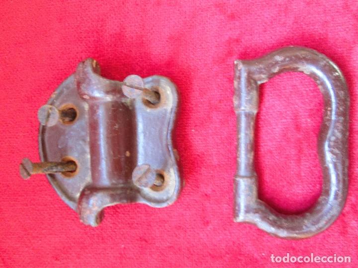 Antigüedades: 2 TIRADORES DE HIERRO FUNDIDO PARA BAUL - MU 90 - Foto 7 - 175180940