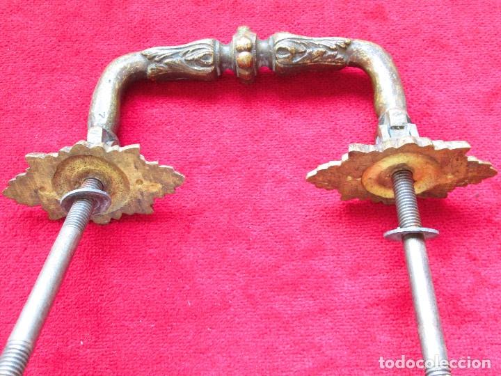 Antigüedades: PAREJA DE TIRADORES DE BRONCE PARA BAUL CON BONITAS FIGURAS DECORACION ART NOUVEAU - Foto 2 - 175181189