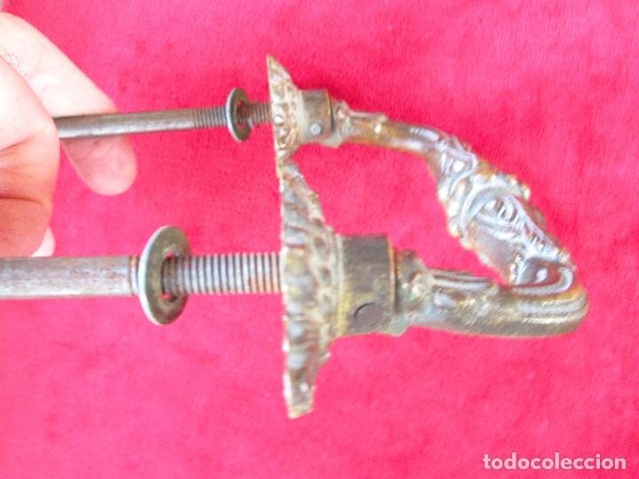 Antigüedades: PAREJA DE TIRADORES DE BRONCE PARA BAUL CON BONITAS FIGURAS DECORACION ART NOUVEAU - Foto 3 - 175181189