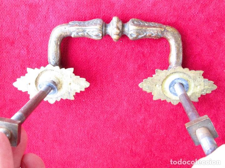 Antigüedades: PAREJA DE TIRADORES DE BRONCE PARA BAUL CON BONITAS FIGURAS DECORACION ART NOUVEAU - Foto 7 - 175181189