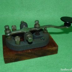 Antigüedades: BONITO TELEGRAFO PULSADOR MORSE MANIPULADOR FUNCIONAL BASE MADERA. Lote 175353959