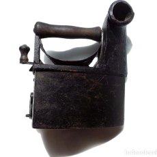 Antigüedades: PLANCHA DE CARBÓN CON CHIMENEA EN HIERRO Y MADERA . UNIÓN CERRAJERA MONDRAGÓN. Lote 175394104
