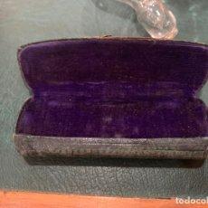 Antigüedades: ANTIGUA FUNDA DE GAFAS QUEVEDO - C. SEILLE OPTICO CADIZ - MEDIDA 11X4 CM. Lote 175486727