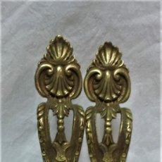 Antigüedades: LOTE 2 ANTIGUOS TIRADORES BRONCE PARA PUERTAS ARMARIO,ETC. VER DESCRIPCIÓN.. Lote 175558043