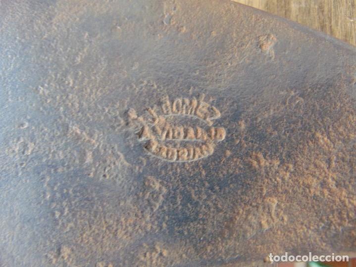 Antigüedades: ANTIGUA HACHA MARTILLO ELABORADA EN FORJA TIPO ABORDAJE MARCADA GOMEZ VIDAL ?? - Foto 2 - 175576182