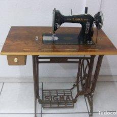 Antigüedades: MAQUINA DE COSER ANTIGUA,CON MUEBLE SIGMA. Lote 175655107