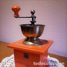Antigüedades: BONITO MOLINILLO DE MADERA Y METAL DE COLOR ROJO EN BUEN ESTADO. Lote 175692155