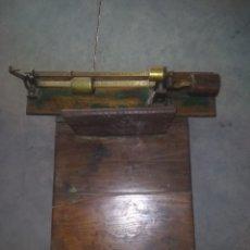 Antigüedades: BASCULA DE SACAS. PESA HASTA 100 KG. MADERA Y BRONCE.. Lote 175825307