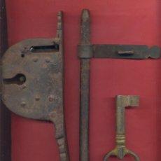 Antigüedades: ANTIGUO CANDADO DE FORJA, CON LLAVE, FUNCIONANDO, SIGLO XVIII-XIX, VER TEXTO Y FOTOS. Lote 175913328
