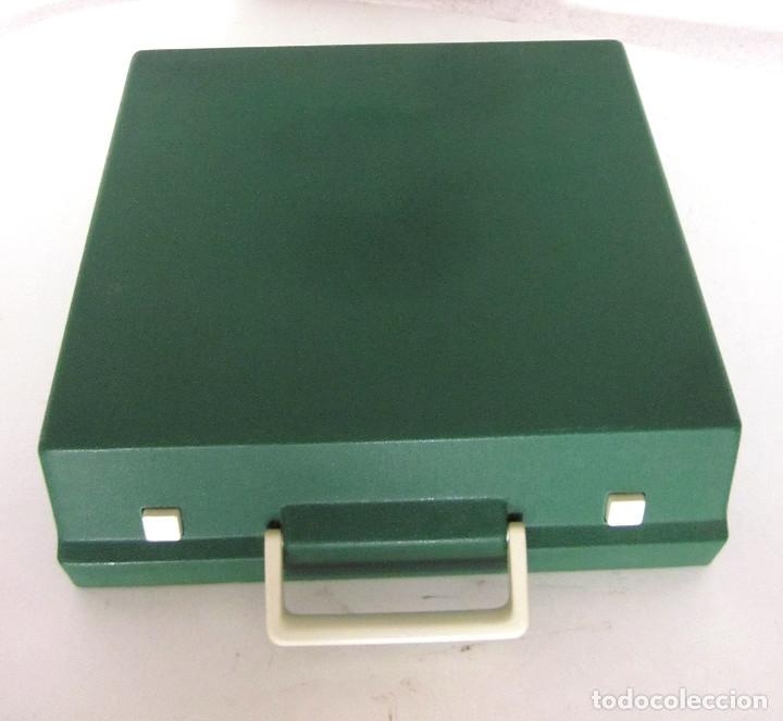 Antigüedades: Máquina escribir Olympia Traveller De Luxe funda rígida verde instrucciones garantía ticket compra - Foto 2 - 176170414