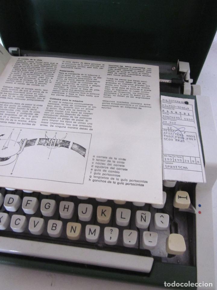 Antigüedades: Máquina escribir Olympia Traveller De Luxe funda rígida verde instrucciones garantía ticket compra - Foto 3 - 176170414