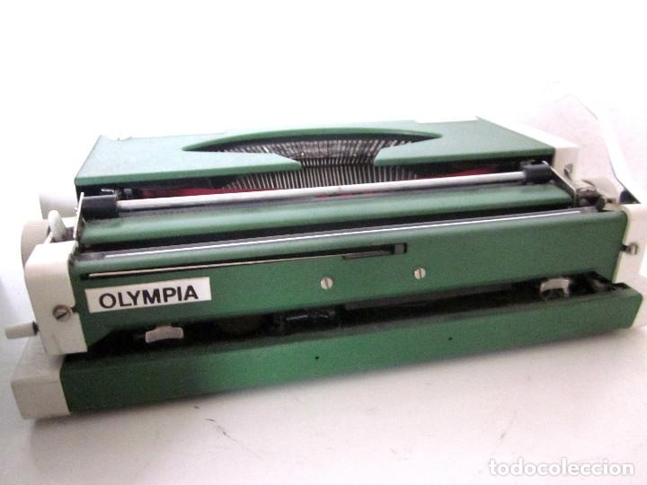 Antigüedades: Máquina escribir Olympia Traveller De Luxe funda rígida verde instrucciones garantía ticket compra - Foto 5 - 176170414