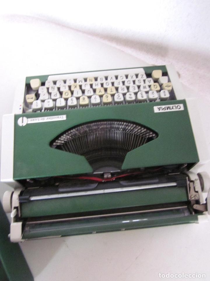Antigüedades: Máquina escribir Olympia Traveller De Luxe funda rígida verde instrucciones garantía ticket compra - Foto 7 - 176170414