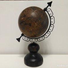 Antigüedades: GLOBO TERRÁQUEO ARTEMIR RESTAURADO. BASE DE MADERA MEDIO ARCO DE FORJA. Lote 176199237
