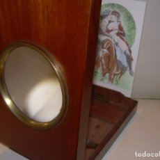 Antigüedades: ANTIGUO VISOR CON GRAN LUPA PARA VER LAS POSTALES...EN CAJA DE MADERA NOBLE.. Lote 176349289