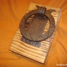 Antigüedades: LLAMADOR DE HIERRO FORJADO ANILLA. Lote 176429254