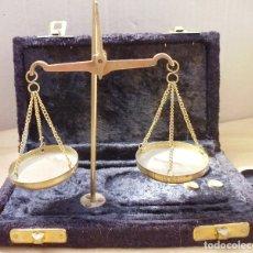 Antigüedades: ANTIGUA BALANZA DE METAL EN CAJA DE TERCIOPELO NEGRO MIRA LAS FOTOS. Lote 176489023