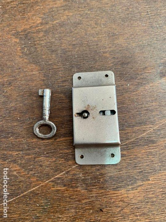 ANTIGUA CERRADURA METALICA CON LLAVE - MEDIDA 6 CM (Antigüedades - Técnicas - Cerrajería y Forja - Cerraduras Antiguas)