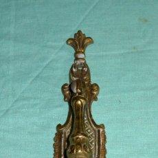 Antigüedades: ANTIGUA ASA TIRADOR DE BRONCE CON BOCALLAVE.. Lote 176608652