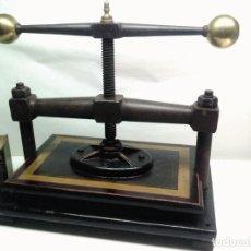 Antigüedades: ANTIGUA GRAN PRENSA IMPRENTA ENCUADERNAR LIBROS ANTIGUOS BOLAS DE BRONCE Y PINTURA. Lote 176687957