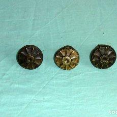 Antigüedades: 3 ANTIGUOS POMOS TIRADORES DE BRONCE.. Lote 176705104