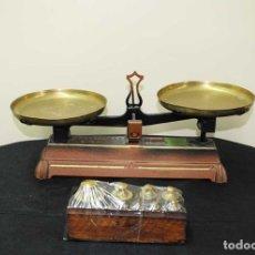 Antigüedades: BÁSCULA ANTIGUA DE HIERRO FUNDIDO CON JUEGO DE PESAS. Lote 176722620