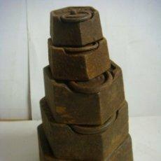 Antigüedades: JUEGO DE 5 PESAS ANTIGUAS EN HIERRO (#). Lote 176755147
