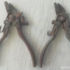 Antigüedades: 2 ANTIGUAS PINZAS USADAS PARA EL TRABADO DE DIENTES DE HOJAS DE SIERRA. Lote 176764193