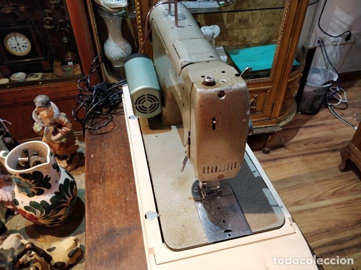 Antigüedades: Máquina de coser eléctrica WERTHEIM - Maquiborda - con funda rígida de transporte - Foto 4 - 217189437