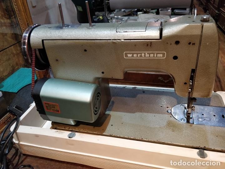 Antigüedades: Máquina de coser eléctrica WERTHEIM - Maquiborda - con funda rígida de transporte - Foto 5 - 217189437