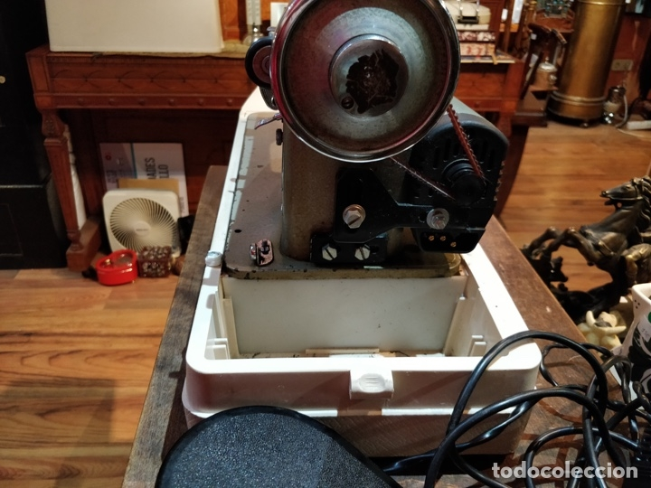 Antigüedades: Máquina de coser eléctrica WERTHEIM - Maquiborda - con funda rígida de transporte - Foto 7 - 217189437