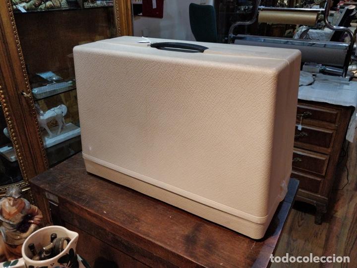Antigüedades: Máquina de coser eléctrica WERTHEIM - Maquiborda - con funda rígida de transporte - Foto 9 - 217189437