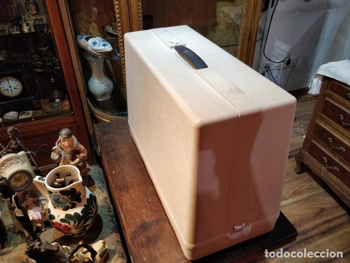 Antigüedades: Máquina de coser eléctrica WERTHEIM - Maquiborda - con funda rígida de transporte - Foto 10 - 217189437