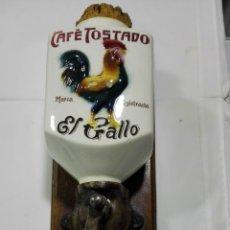 Antigüedades: ANTIGUO MOLINILLO DE CAFE TOSTADO EL GALLO, PARA SUJETAR EN LA PARED. Lote 177063789