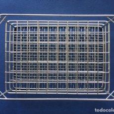 Antigüedades: ANTIGUA GRADILLA METÁLICA DE METAL LABORATORIO PARA 70 TUBOS DE ENSAYO DE 5 ML. Lote 177077448