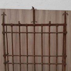 Antigüedades: REJA DE FORJA ANTIGUA MEDIDAS 125 X 105 SIN CONTAR LOS PINCHOS. Lote 177320344
