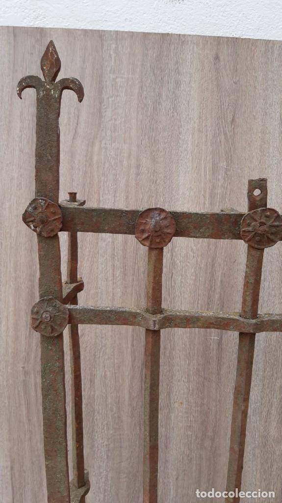 Antigüedades: REJA DE FORJA ANTIGUA MEDIDAS 125 X 105 SIN CONTAR LOS PINCHOS - Foto 3 - 177320344