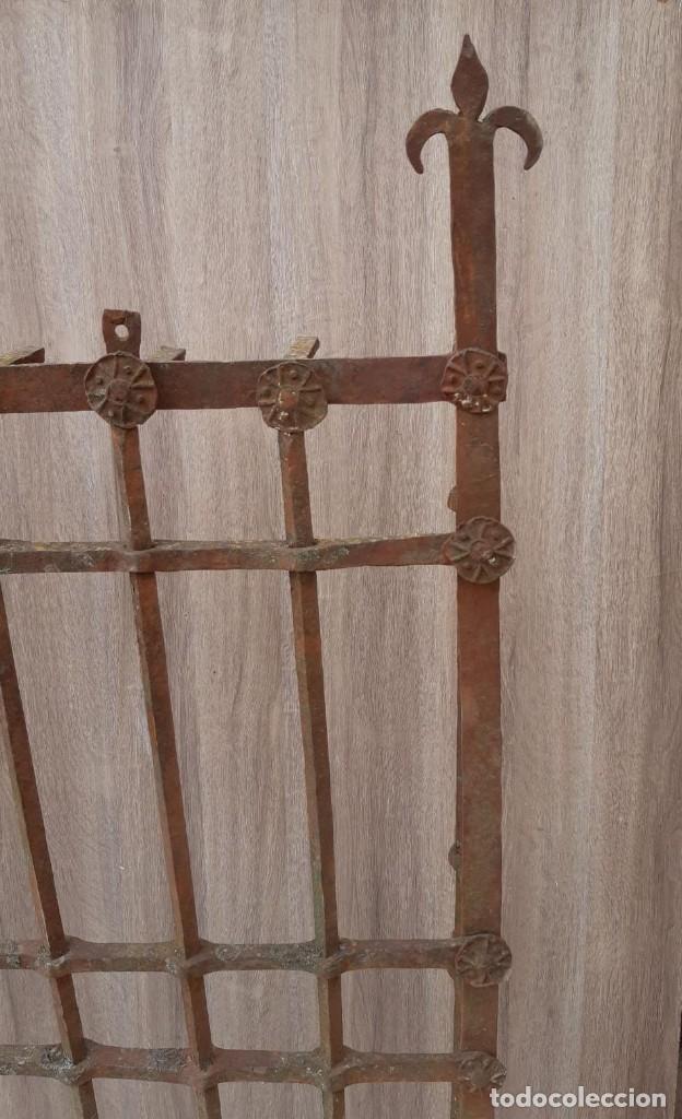 Antigüedades: REJA DE FORJA ANTIGUA MEDIDAS 125 X 105 SIN CONTAR LOS PINCHOS - Foto 4 - 177320344